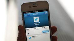 Twitter celebra este lunes 10 años convertida en un fenómeno cultural en medio de serios retos   La red social Twitter cumple el lunes 10 años convertida en un fenómeno cultural pero también en medio de serios desafíos ante la caída en picado de sus acciones y la desaceleración en el ritmo de crecimiento de usuarios. Si en el primer trimestre del 2014 la cifra de usuarios aumentó un 25 % hasta los 258 millones en el último trimestre del 2015 el repunte fue de solo el 9 % hasta los 320…