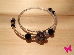 Bracciale filo armonico con perline trasparenti, perle nere e fiore centrale