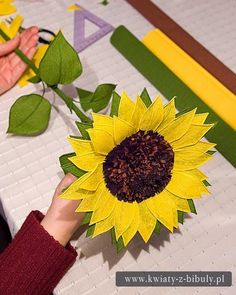 SUNFLOWER BOUQUET OF FLOWERS FROM CREPE PAPER.