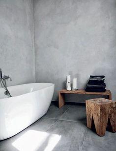 schlichtes badezimmer design hellgraue wände weiße wanne holzmöbel