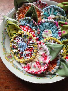 Tammy Gilley Studios_fresh fabric posies-----no tutorial, just awesome inspiration A new 'take' on yo yo Fabric Beads, Fabric Ribbon, Fabric Art, Fabric Scraps, Cloth Flowers, Diy Flowers, Fabric Flowers, Textile Jewelry, Fabric Jewelry