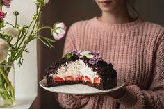 Krtkův dort nemusí být jen z pytlíku! Připravte si ho jednoduše doma z kvalitních ingrediencí a s minimem cukru! :) Sweet Desserts, Sweet Recipes, Kefir, Food Inspiration, Cheesecake, Deserts, Paleo, Food And Drink, Low Carb