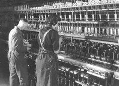 In 1947 was zo'n twintig procent van de totale Tilburgse beroepsbevolking direct werkzaam in de textielnijverheid. Op deze foto uit 1946 zijn twernerbaas Jan de Veer en twernster mej. Dominicus aan het werk in de fabriek van A & N Mutsaerts.