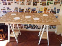 Escritorio, mesa, hecha con caballetes y bolsas de madera reciclables