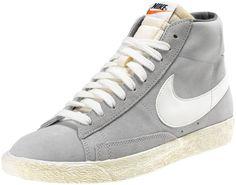 Sneakers di ispirazione basket, le Nike Blazer Mid Suede Vintage sono un classico Nike totalmente rinnovato in stile vintage! Tomaia in suede con logo in pelle su entrambi i lati. Lettering sul retro. Suola in gomma vulcanizzata.    Prezzo: 100.00€    SHOP ONLINE:    WOMAN http://www.athletesworld.it/nike-blazer-mid-suede-vintage-nike-5032114-0    MAN http://www.athletesworld.it/nike-blazer-mid-suede-vintage-nike-8030114