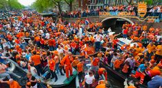 Nationale feestdag Koningsdag is Koninginnedag en Amsterdam kleurt zeker weer oranje. Onze hoofdstad biedt voor oranje fans jong en oud de leukste openluchtfestiviteiten op straat, rond de grachten en in de parken.