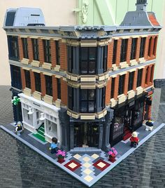 Hi everybody, My latest MOC, the central city building with a square park at the back. At the first floor,you have a pahrmacy at the left, and a f...