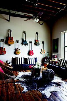 super Ideas for music room guitar wall Rock N Roll Living Room, Rock Room, Guitar Wall, Guitar Room, Home Music Rooms, Espace Design, Drum Room, Studio Room, Cow Hide Rug
