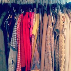 Colour-coded wardrobe items are really helpful for coordinating outfits. Getting dressed will be a breeze!
