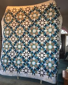 My #bonniehuntermysteryquilt #enprovencequilt is quilted and bound. Love that last scrappy low volume border.
