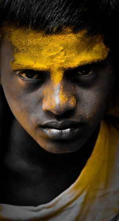 Portrait Photography at Jejuri, india Eric Lafforgue, We Are The World, People Around The World, Steve Mccurry, Tableaux Vivants, Non Plus Ultra, Many Faces, Mellow Yellow, Bright Yellow