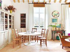 Una casa de campo con estilo rústico