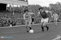 Donato Nardiello (Coventry City FC, 1977–1981, 33 apps, 1 goal) outpaces Pat Rice (Arsenal FC, 1966–1980, 397 apps, 12 goals) in 1977.
