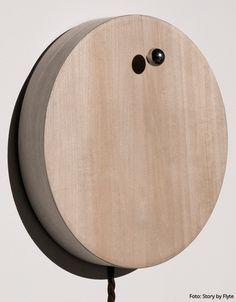 Uhr STORY von FLYTE hat ihre eigene Umlaufbahn. Statt Zeigern schwebt eine Magnetkugel rund um die Holzbasis. Genial!