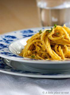 Pasta con pesto di carote e noci: facile, veloce, vegan e davvero squisito.