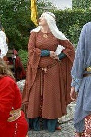 A 12th gown.  Sewn by Duchess Sile, modeled by Comtesse EzaBella