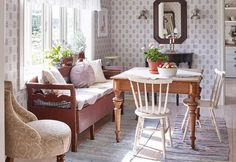 Kitchen sofa and table Scandinavian Cottage, Swedish Cottage, Modern Cottage, Swedish House, Scandinavian Interior, Kitchen Sofa, Kitchen Dining Living, Interior Decorating, Interior Design