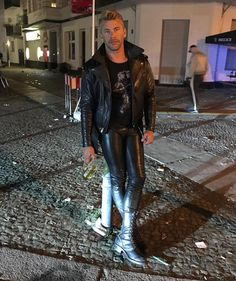 Mens Leather Pants, Tight Leather Pants, Men's Leather, Jeans En Cuir, Leather Fashion, Mens Fashion, Style Fashion, Custom Leather Jackets, Leder Outfits