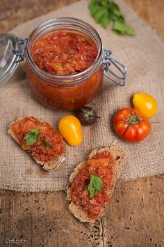 Fruchtiges Apfel Tomaten Chutney mit bestem Essig - My list of the most healthy recipes Chutneys, Apple Recipes Easy, Vegan Recipes, Apple Chutney, Kitchen Recipes, Healthy Snacks, Clean Eating, Nutrition, Dinner Recipes