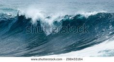 natural background woth powerful ocean waves breaking