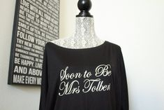 Soon to Be Mrs Off the shoulder shirt - White writing - Cotton Spandex - Sizes - Sizes run small order a size up Bride Tank Tops, Bride Shirts, Wedding Shirts, Bride To Be Quotes, Gifts For Wedding Party, Party Gifts, Wedding Ideas, Tank Top Outfits, Alternative Fashion