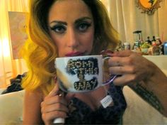 Lady Gaga, tea cup. Il fatto che l'artista sia riuscita a far diventare la bevanda più ... #celebrities #tea