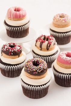Doughnut Ideas Your Guests Will Go Nuts Over Double the dessert! Top your cupcakes with mini doughnuts.Double the dessert! Top your cupcakes with mini doughnuts. Mini Donuts, Donut Cupcakes, Birthday Cupcakes, Doughnut Cake, Homade Donuts, Biscuit Cupcakes, Breakfast Cupcakes, Cupcake Cupcake, Baked Doughnuts