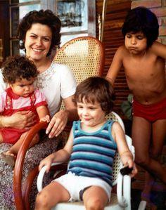 Elis com os três filhos: Maria Rita, no colo; João Marcelo, em pé; e Pedro, na cadeira / O Globo