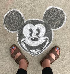 We found simple and elaborate Disney Chalk Art to inspire you! Enjoy this huge list of Disney characters brought to life in chalk. Chalk Art Christmas, Chalk Art Quotes, Chalk Design, Sidewalk Chalk Art, List Of Disney Characters, Chalk Drawings, Chalkboard Art, Disney Art, Walt Disney