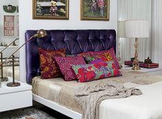 A cabeceira estofada de chenile roxo com capitonê é o ponto alto do quarto da designer Ana Morelli. A solução, assinada pela designer de interiores Maristela Gorayeb, é uma boa saída para quem tem medo de pintar as paredes, mas quer deixar o ambiente mais alegre.