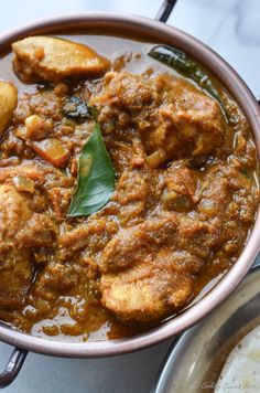Coconut, pearl onions and spices bring together the chicken in this spicy and delicious Malabar Chicken Curry. You can dip and slurp your way through this Easy Chicken Recipes, Easy Healthy Recipes, South Indian Chicken Recipes, Chicken Recepies, Kerala Chicken Curry, Chettinad Chicken, Kerala Food, Zucchini, Curry Dishes