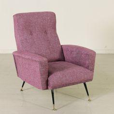 Poltrona anni 50-60; imbottitura in espanso, rivestimento in tessuto, gambe in metallo con puntali in ottone.