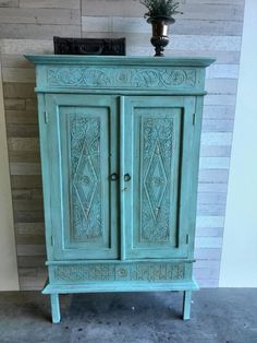 Kast met houtsnijwerk in Castillo Azul van Anne's Shabby paint.