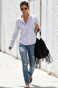 Halle Berry on the street in LA - celebrity fashion. Pixie Styles, Short Hair Styles, Halle Berry Style, Halle Berry Pixie, Love Fashion, Fashion Looks, Womens Fashion, Hally Berry, Casual Outfits