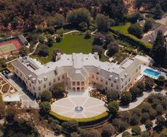 Aaron Spelling House The Manor is a French chateau-style mansion with 123 rooms and square feet of space on more than acres It is the largest home in Los Angeles County Big Mansions, Mansions Homes, Luxury Mansions, Celebrity Mansions, Celebrity Houses, Luxury Home Decor, Luxury Homes, Beverly Hills Mansion, Expensive Houses