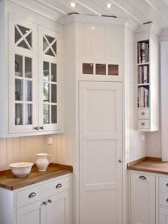 Corner pantry in White, scandinavian kitchen. I love the narrow shelves for book. Corner pantry in Kitchen Pantry Design, Kitchen Pantry Cabinets, Kitchen Layouts, Kitchen Shelves, Pantry Shelving, Kitchen Storage, Kitchen Ikea, Kitchen Decor, Room Kitchen