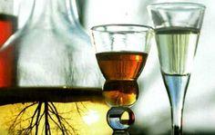 Drikker du gerne en lille snaps til sildemaden i julemåneden, eller vil du gerne servere en hjemmelavet snaps til julefrokosten, så kan du faktisk endnu nå at brygge selv. Her får du to opskrifter på snapse, som kan nøjes med at trække i 8 dage. Spiritus, Martini, Alcoholic Drinks, Food And Drink, Tableware, Glass, Christmas, Schnapps, Xmas