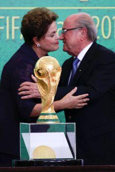 Com Cafu ao lado, Dilma recebe Copa do Mundo das mãos de Blatter, ergue taça em Brasília e repete discurso de fazer melhor Mundial da história. http://esportes.terra.com.br/futebol/copa-2014/dilma-recebe-copa-de-blatter-e-ergue-taca-em-brasilia,ea876a8230e56410VgnVCM3000009af154d0RCRD.html