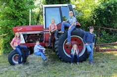 Family picture on the farm tractor Western Family Photos, Farm Family Pictures, Cousin Pictures, Tractor Pictures, Summer Family Photos, Outdoor Family Photos, Family Christmas Pictures, Family Picture Poses, Family Photo Sessions