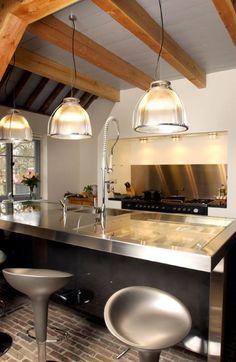 Luxe maatwerk keuken met blauwstalen achterwand bij spoeleiland. blad van RVS in combinatie met helder glas. Bestekladen zijn van beuken met gefreesde vakverdeling - The Living Kitchen by Paul van de Kooi