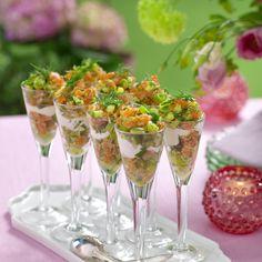 Laxtartar med citronkräm i glas Easter Recipes, Appetizer Recipes, Appetizers, Easter Food, Brunch, Tapas, Snacks, Food And Drink, Tableware