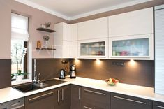 Capuccino walls and backsplash Kitchen Room Design, Interior Design Living Room, Kitchen Decor, Small Modern Kitchens, Home Kitchens, Modern Kitchen Cabinets, Contemporary Kitchen Design, Pantry Design, Kitchen Remodel