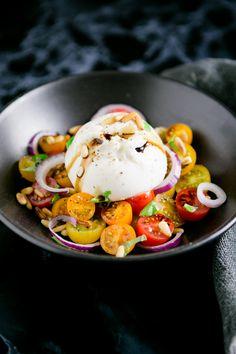 Dieser frische Tomatensalat mit cremiger Burrata ist nicht nur perfekt für heiße Tage als Hauptmahlzeit geeignet, sondern auch als Vorspeise im Menü ein Hit
