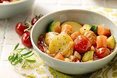 Een mager gerecht, bomvol smaken, dit Provençaals stoofpotje met kip. Met tal van smaakvolle groentjes, aardappelen en sappige kip. Zuiders en licht!