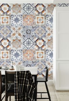 Laid-back Mediterranean vibes with this stunning tile effect wallpaper design. Taking inspiration from traditional Azulejos tiles, this wallpaper design makes for a truly distinctive accent wall in the kitchen.