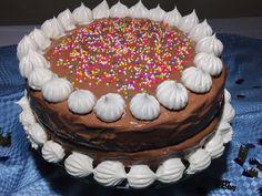 Cake de vainilla,relleno de dulce de leche y cubierta de chocolate con queso crema decorado con chantilly y colaciones de colores.