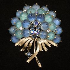 Lovely blue plastic flower pin set in silver tone metal. This retro flower pin