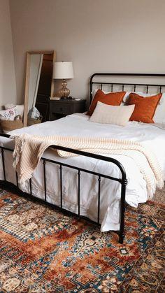 Room Ideas Bedroom, Bedding Master Bedroom, Home Bedroom, Bedroom Decor, Bedrooms, Bedroom Apartment, Apartment Living, Black Iron Beds, Black Beds