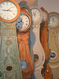 """The Scandinavian floor clock known as the """"Mora Clock"""" started near the town of Mora, in central Sweden in the Province of Dalarna around 1750.   ~ so love these"""