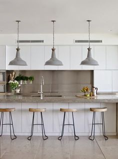 Concrete is a beautiful and very durable material, customizable with a long lifespan, concrete countertops are a perfect application for a stylish kitchen. White Kitchen Cabinets, Kitchen Tiles, Kitchen Decor, Concrete Kitchen, Diy Cupboards, Concrete Art, Diy Kitchen, Concrete Cover, Gloss Kitchen